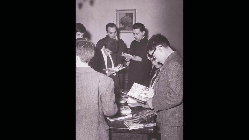 Pier Silverio a Villa Nazareth esamina i volumi arrivati dagli Stati Uniti, 1961.